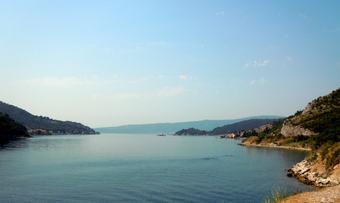 Ferge over fjorden i Monte Negro