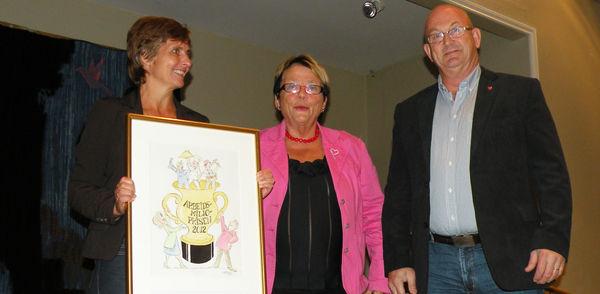 HMS-rådgiver Hilde Arnesen og personalsjef Harald Berg mottok Arbeidsmiljøprisen fra fylkesmann i Oppland, Kristin Hille-Valla.