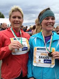Fornøyde rindalsjenter i mål på halv-maraton: Aud Gunvor Helgetun og Ingrid Halgunset.