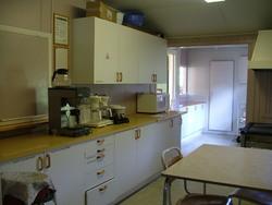 Resten av kjøkkenet, med kjøleromsdøra bakerst.