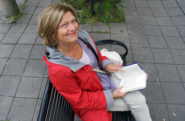 Wenche-Britt Hagabakken kommer til bibliotekets bokkveld.