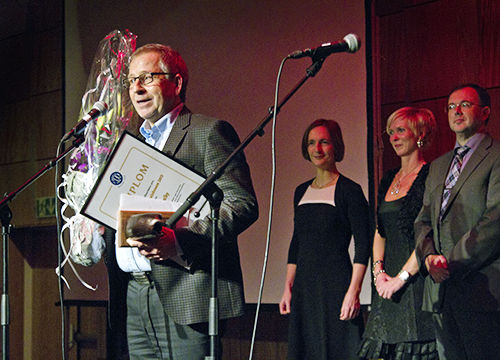 Espen Hvalby mottar prisen. Foto: Geir-Ove Hauge