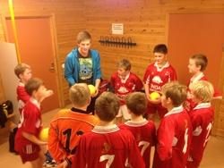 Anders i pep-talk med tente spillere før kampen.