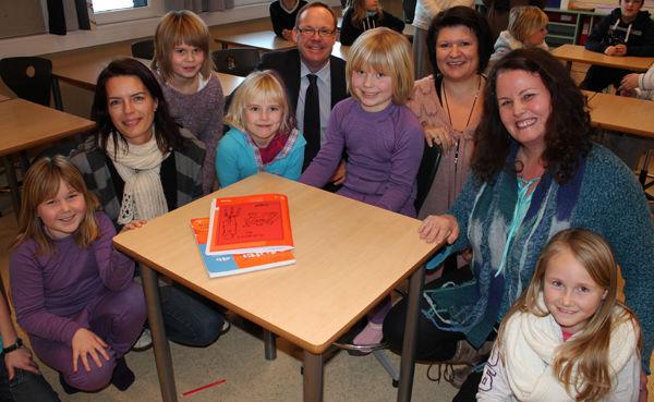 Fylkesmann, ordfører og rådmann sammen med elever fra Nes barneskole.
