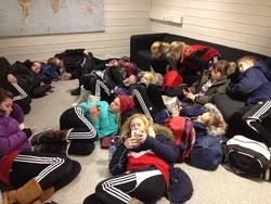 Slitne spillere etter to kamper på Frøya, snart klar for siste kamp på Hitra.