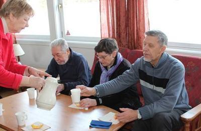 Gerd skjenker i kaffe til Arve