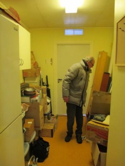 Nils inspekterer lagerrommet.
