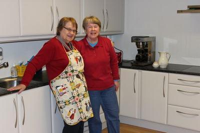 Gretha og Live har sørget for at dugnadsgjengen ikke skal sulte.Det blir både rundstykker og kaker til kaffen.
