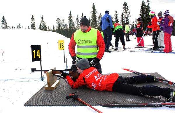 Flere elever testet skiskyting.