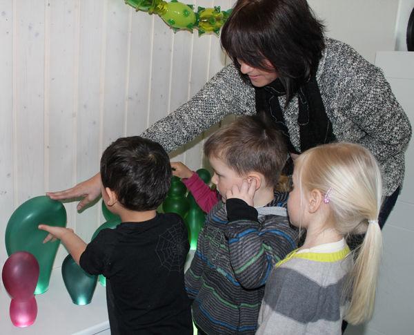 Barn som ser og tar på kunsten i Simenstua barnehage