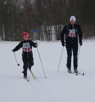 Dagens yngstemann Mikkel Bakken går i mål sammen med far Yngve