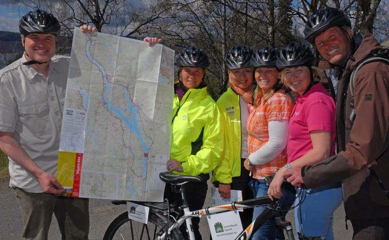 Syklister med det nye sykkelkartet til Mjøstråkk.