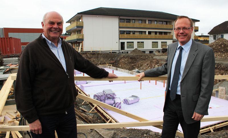 Roger Amundsen og Jørn Strand foran det som skal bli bakeriet på torget i Brumunddal.