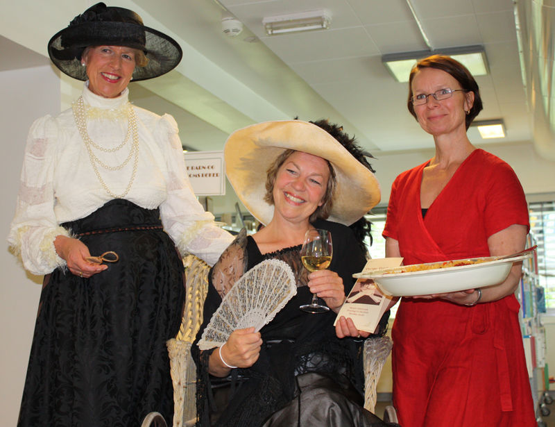 Lise Holland, Anna Otervik og Ingerine Amundsen på biblioteket i Moelv
