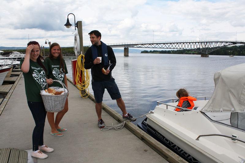 Tina og Andrea ønsker båtfolk velkommen til brygga på Helgøya.