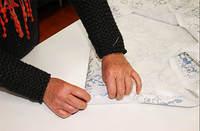 For at gardinen skal henge pent sys først dobbelt fald nede, og deretter lages dobbel sidefald. Jarekanten må klippes vekk.