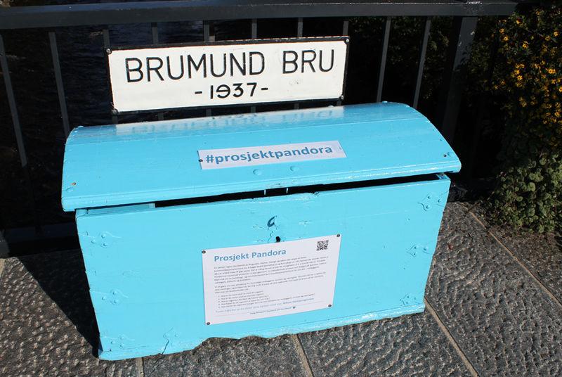 Blå kister innbyggerne kan legge sine innspill i.