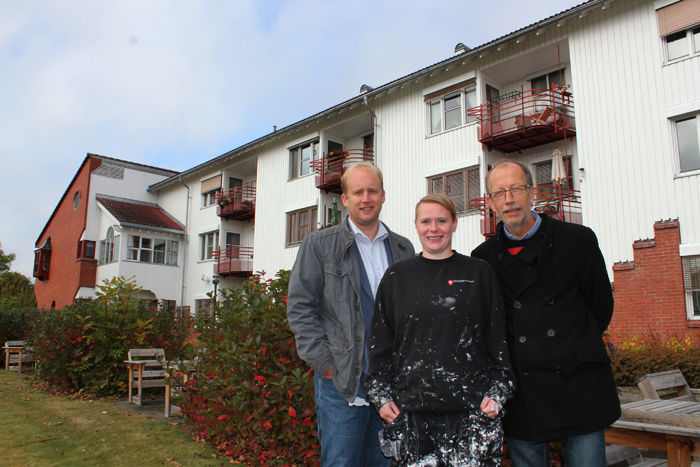 Bygg- og eindomssjef Kjetil Wold Henriksen, prosjektdeltaker Linda Løvli og NAV-leder Roy Carstens utenfor Nes bo- og aktivitetssenter, ett av byggene som har blitt malt.