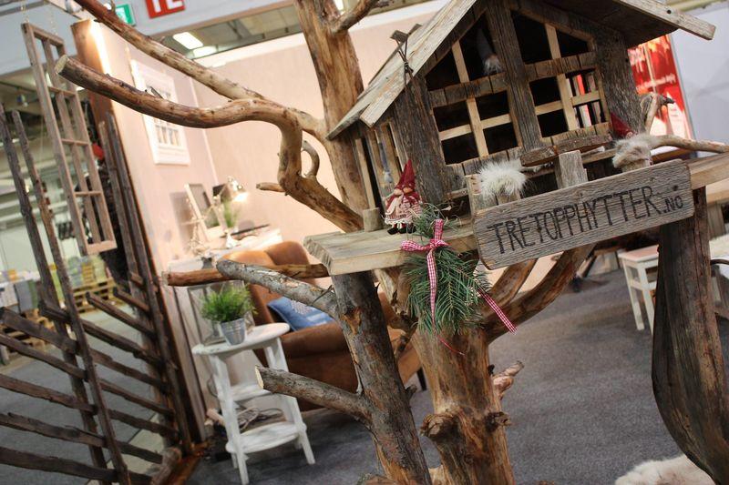 Miniatyrutgave av tretopphytte ved Ringakers stand på JuleExpo.