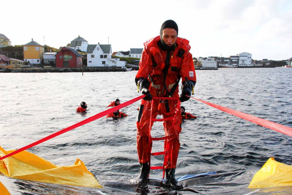 Sikkerhetssenteret - kurselevar i sjøen -(c)UNIKO2013.jpg