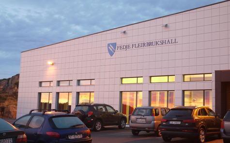 Fedje fleirbrukshall i soloppgang, desember 2013. Fotograf: Even Vaular