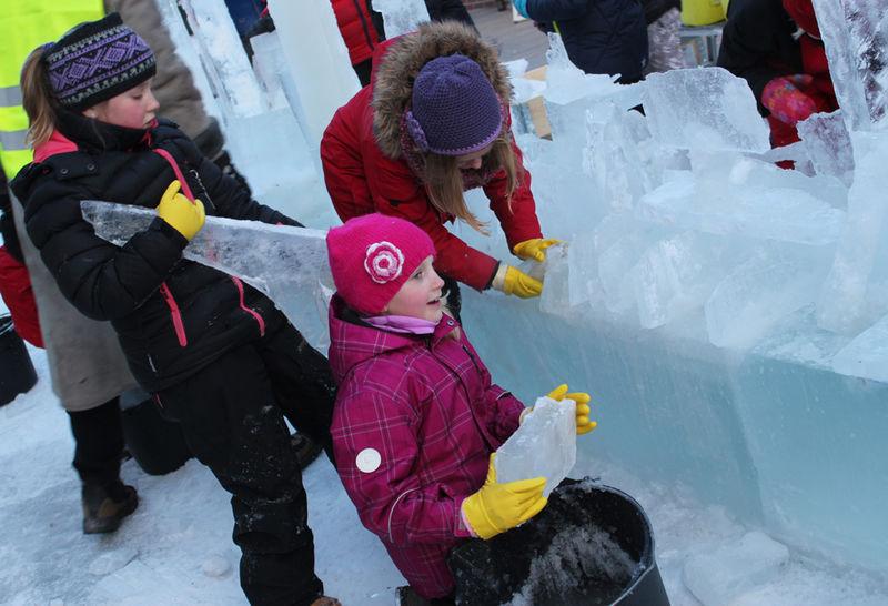 Skoleelever lager isskulptur.