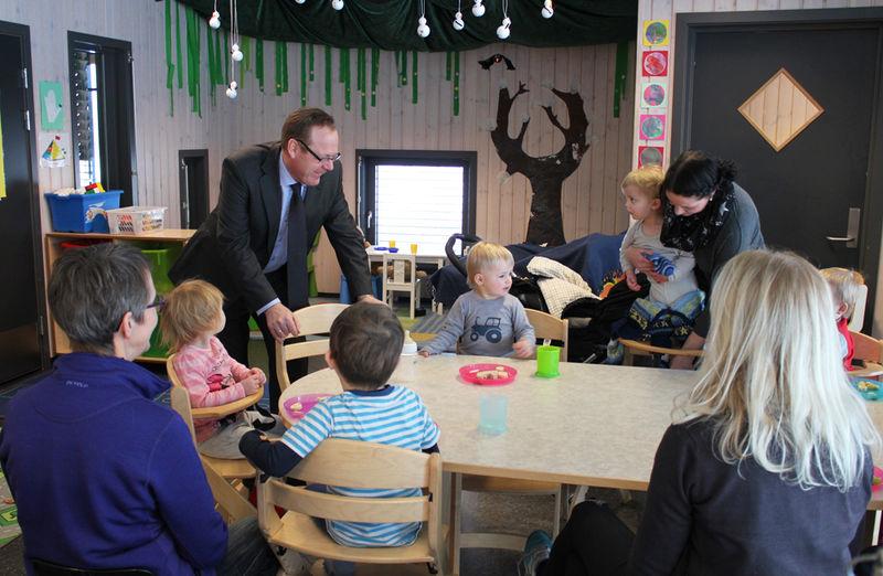 Rådmann Jørn Strand på besøk i Nes barnehage.