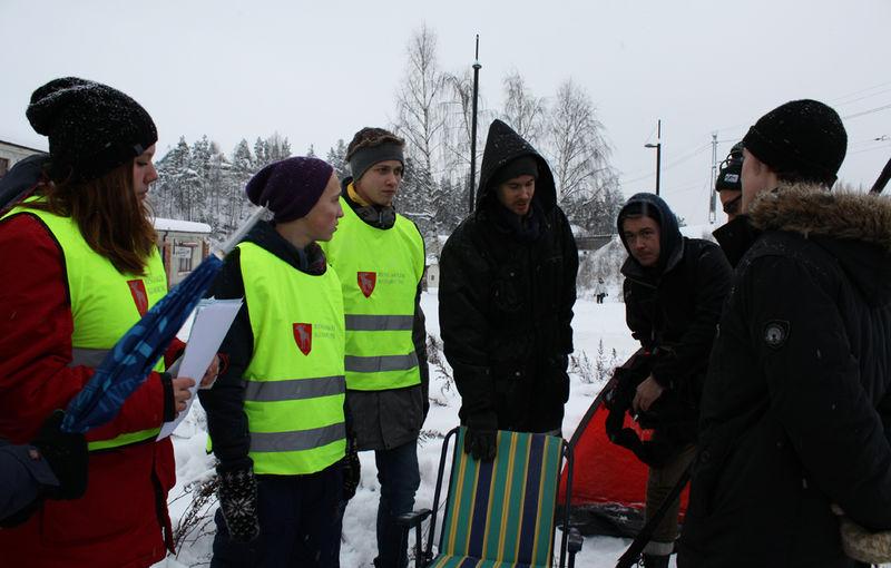 Ungdom filmer i rundkjøringa i Moelv.