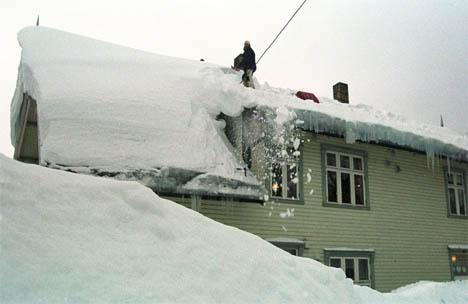 snømåking på taket.jpg