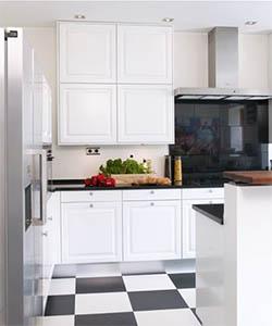 En anelse varme er brukt i eggehvite vegger på kjøkkenet, mens tak og innredning er holdt i rent hvitt..jpg