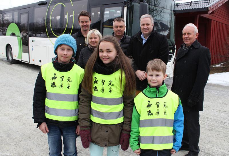 Næringslivet som har gitt refleksvester sammen med kommunalsjef Anne Kari Thorsrud og elever fra Kirkekretsen skole.