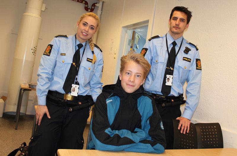 Martin sammen med politistudentene Veronica og Mats.