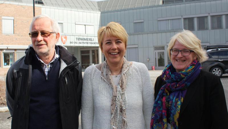 Kommunalsjef Ola Øverli, kreftkoordinator Heidi Nordsveen og rådgiver Ingvild Røe utenfor Tømmerli bo- og aktivitetssenter