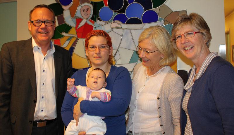 Gode fødselstall i Ringsaker. Fra venstre: Rådmann Jørn Strand, mor Magdalena Zwierko, Nicola (seks uker), Inger Bergsodden, leder for Brumunddal helsestasjon og Ingeborg Wien, leder for helsestasjonene i Ringsaker.