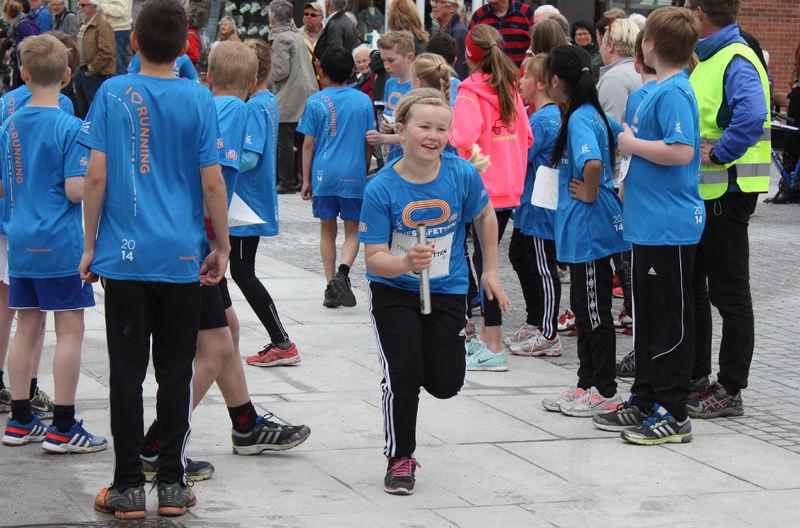 Elever løper bystafett