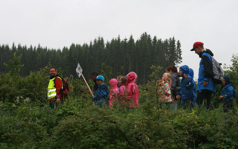 Elever på Præstvægvandring.