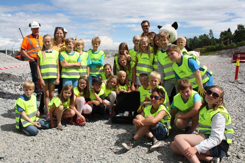 Femteklasse ved Kirkenær skole med tidskapsel som ble gravd ned på IKEA-tomta