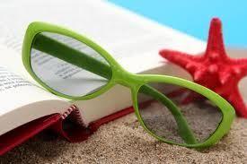 bilde av solbriller og bok