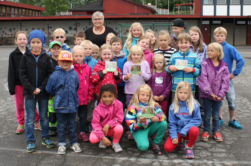 Stolte barn og rektor Anna Saug viser fram Prøysen-CD-en de har spilt inn.