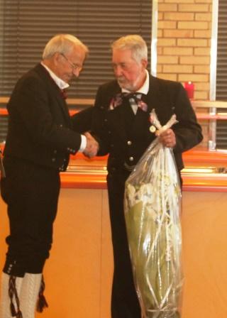 IMG_0817_Danvik_Folkehøyskole_Jubileumsfest_Åvar_gratulerer_Tor_med_90_år.JPG
