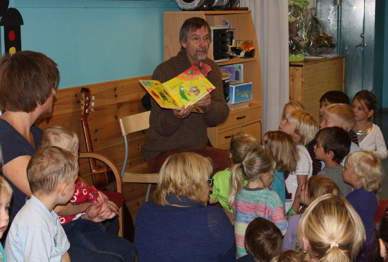 Geirr Lystrup underholdt i barnehagen