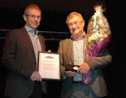 Æresmedlem Johan Landsem tok imot prisen for Lars da han er i Finland og lader opp til snarlig sesongåpning.