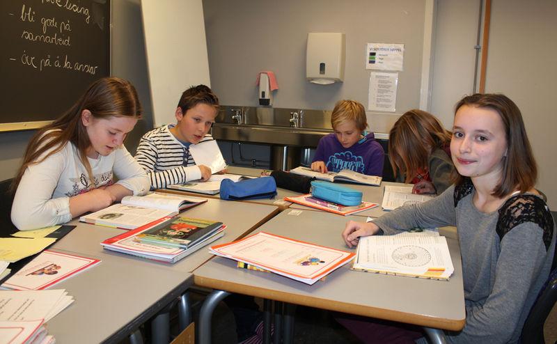 Aleksandra jobber i gruppe med andre elever.