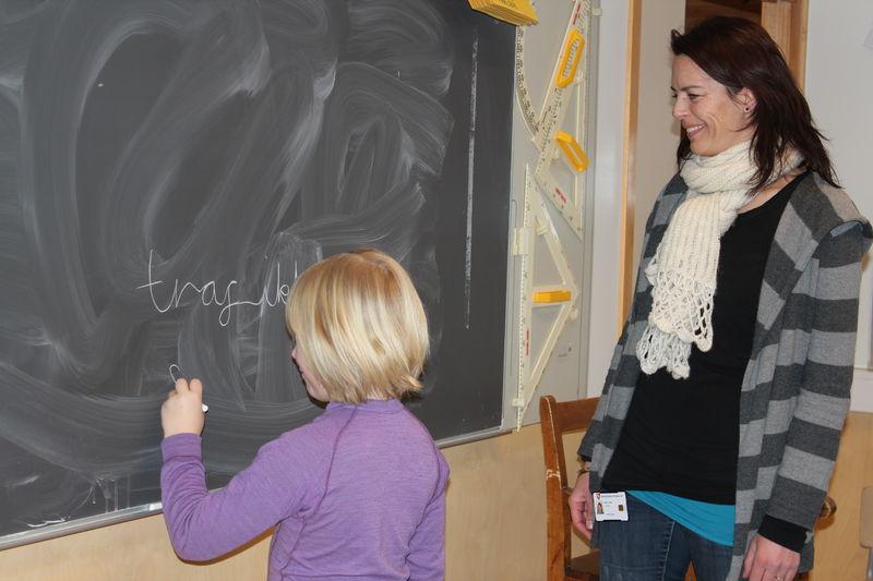 Elev og lærer foran tavle.