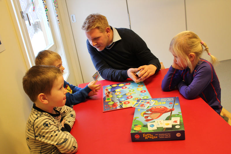 Bendik, Oliver, Kenneth og Tiril spiller spill.