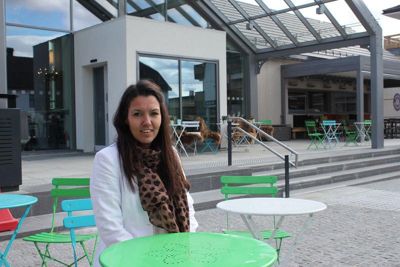 Byutvikler Monica Olsen Østenheden gleder seg til sommertid på torget i Brumunddal.