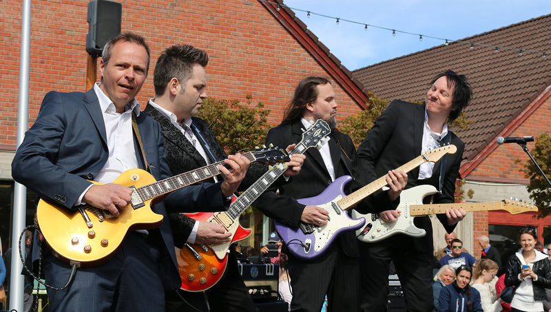 Fire menn spiller el-gitar.