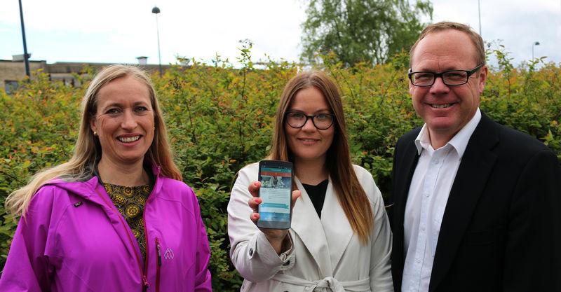 Markedssjef Bjørg Mykløy, nettredaktør Cecilie Hoe og rådmann Jørn Strand viser frem den nye appen.