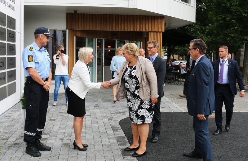 Statsminister Erna Solberg hilser på kommunalsjef Anne Kari Thorsrud.