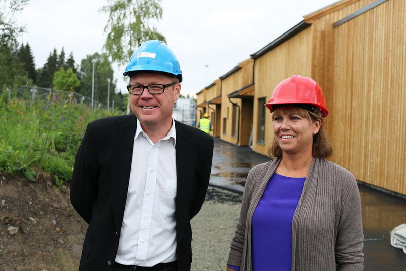 Rådmann Jørn Strand og leder Hege Terese Granstrøm foran det nye avlastningssenteret.